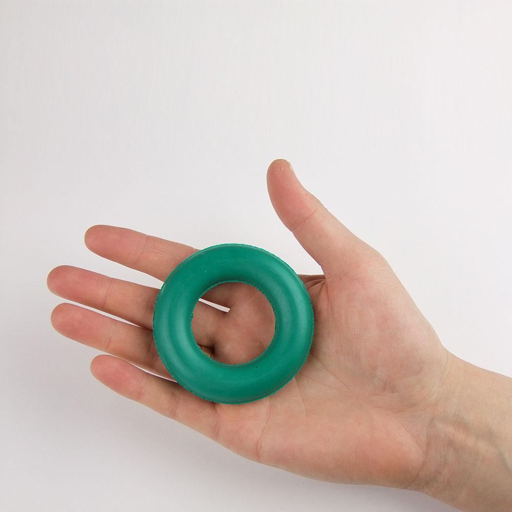 Кольцевой эспандер на ладони - относительные размеры
